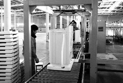 河北邯郸市生产的第一台洗衣机下线