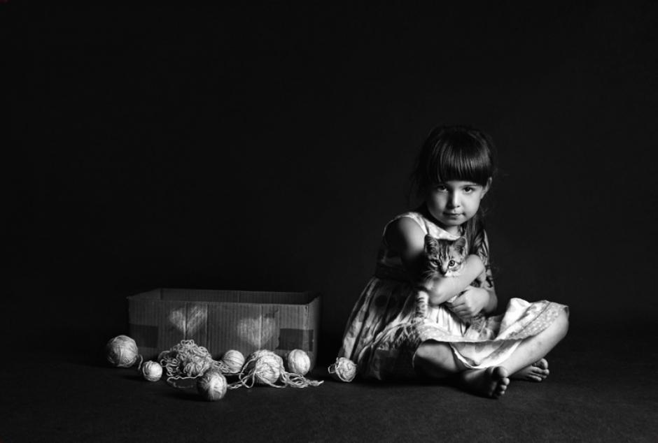 2014-02-22 10:49 波兰女摄影师Monika Koclajda喜欢为孩子们拍照片,风格复古风趣。她的作品就是一本落了灰尘的相片册,每个人似乎都能从中重新拾回自己那早已逝去的童年时光,让人留恋。 分享到: