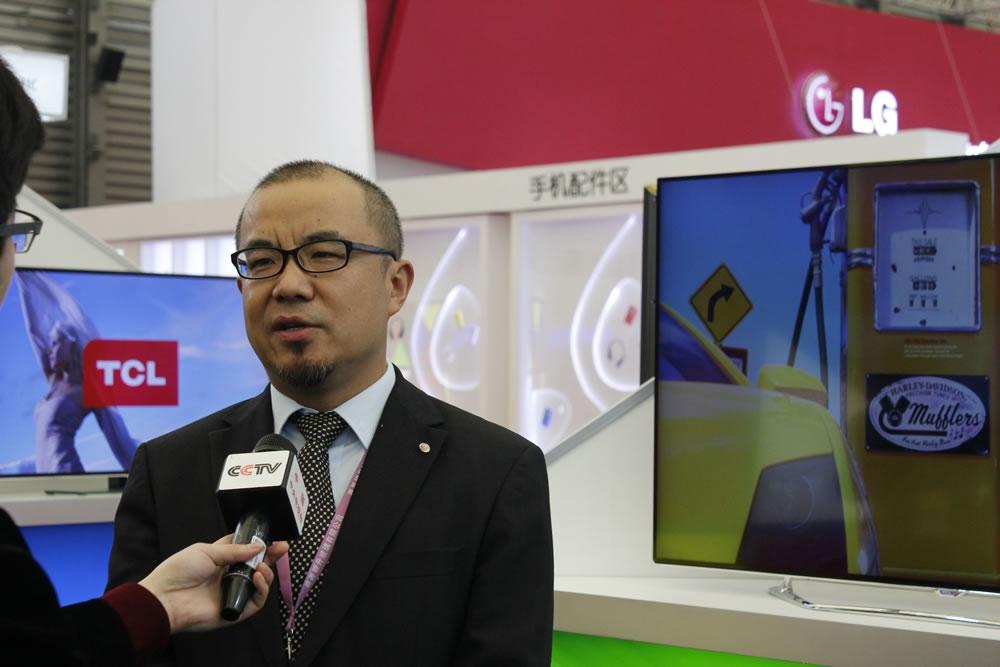 品牌总监梁启春接受采访。