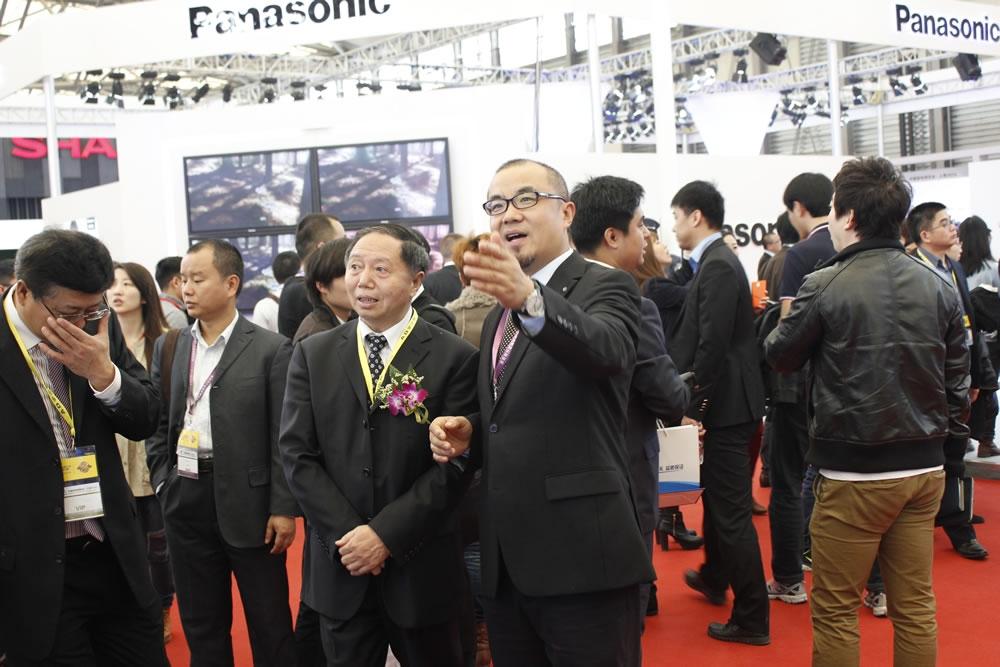 品牌总监梁启春向大家介绍TCL展位。