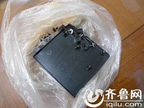 夏普售后维修查看王先生出故障的电视拆下的电视上的零部件
