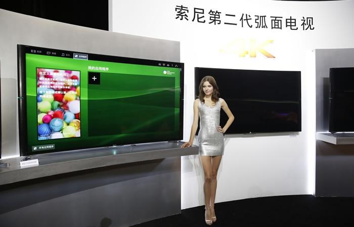 """支持4K的索尼第二代弧面电视,秉承""""创造最佳画质""""的研发理念,S9000B系列配备了今年全新""""精锐光控技术"""",在明暗表现力上蔚为出色。S9000B的明暗表现力达到普通LED背光源的两倍,画面中暗处更深邃,亮部更明亮。"""