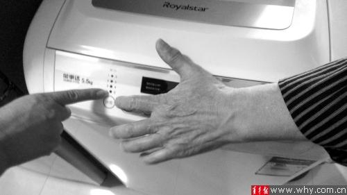 龙女士险些花费近600元修理洗衣机。青年报记者 罗水元 摄