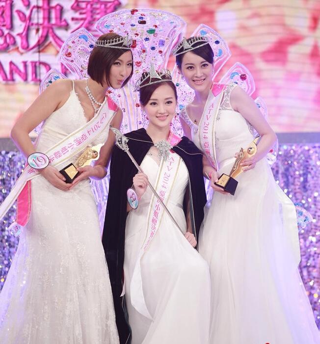 22日晚,ATV2014亚洲小姐总决赛在香港举行,19位佳丽经过晚装、泳装和歌舞等比赛环节后,冠军由8号张轶珺夺得,19号唐淑薇、14号陈洋铃分夺亚军和季军