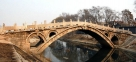 """7、天下第一桥——赵州桥 赵州桥原名安济桥,俗称大石桥,建于隋炀帝大业年间(595~605年),至今已有1400年的历史,是当今世界上最古老的石拱桥。石拱桥是用石块拼砌成弯曲的拱作为桥身,上面修成平坦的桥面,以行车走人。而赵州桥的特点是""""敞肩式"""",即在大拱的两肩上再辟小拱,是石拱桥结构中最先进的一种。她是世界上现存年代最久、单孔跨度最大、保存最完整的一座敞肩型石拱桥,被世人公认为""""天下第一桥""""。赵州桥正名安济桥,俗称大石桥。其设计者是隋朝匠师李春。赵州桥是正常的交通运输桥,它的桥身弧线优美,远眺犹如苍龙飞"""