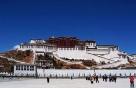 """2、世界屋脊的明珠——布达拉宫 举世闻名的布达拉宫,耸立在西藏拉萨市红山之上,海拔3700多米,占地总面积36万余平方米,建筑总面积13万余平方米,主楼高117米,共13层,其中宫殿、灵塔殿、佛殿、经堂、僧舍、庭院等一应俱全,是当今世上海拔最高、规模最大的宫堡式建筑群。""""布达拉""""系舟岛,是梵文音译,又译作""""普陀罗""""或""""普陀"""",原指观世音菩萨所居之岛。拉萨布达拉宫俗称第二普陀罗山。"""