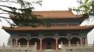 4、道教宫殿式建筑——永乐宫 永乐宫修建于元代,施工期前后共110多年,才建成了这个规格宏大的道教宫殿式建筑群。特别是宫殿内部的墙壁上,布满了精心绘制的壁画,其艺术价值之高,数量之多,实属世上罕见。来到山西,自然不能放过去永乐宫欣赏元代壁画的机会。永乐宫是典型的元代建筑风格,粗大的斗拱层层叠叠地交错着,四周的雕饰不多,比起明、清两代的建筑,显得较为简洁、明朗。几个殿以南、北为中轴线,依次排列。