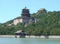 """3、慈禧太后的寝宫——颐和园   颐和园是清代的皇家花园和行宫。乾隆继位以前,在北京西郊一带,已建起了四座大型皇家园林,从海淀到香山这四座园林自成体系,相互间缺乏有机的联系,中间的""""瓮山泊""""成了一片空旷地带,乾隆决定在瓮山一带动用巨额银两兴建清漪园,以此为中心把两边的四个园子连成一体,形成了从现清华园到香山长达20公里的皇家园林区。"""
