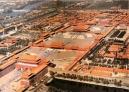 """1、世界上最大的宫殿——故宫 故宫,又名紫禁城,位于老北京城的中轴线上,是明朝和清朝的皇室。占地72万平方米,建筑面积约15万平方米,共有殿宇9999间半,是世界最大的宫殿,也是中国现存最大最完整的古建筑群。整个建筑群按中轴线对称布局,层次分明,主体突出。太和殿,又称""""金銮殿"""",是明、清皇帝举行大典的地方。它在故宫三大殿中是最大的一座,也是中国古代宫殿建筑中最大的木结构宫殿。故宫是中国最大的艺术博物馆,收藏着90多万件历史文物和艺术品,其中有许多稀世珍宝。"""