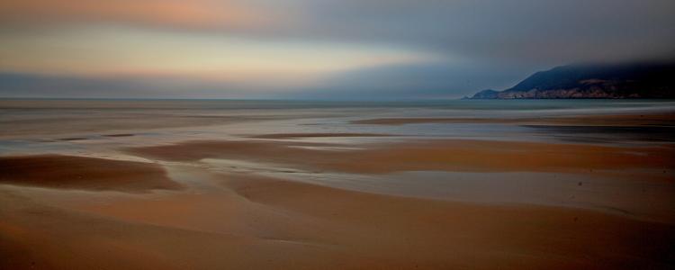 已近暮色,天光在沙滩间反光,凸显沙滩的几何形状和线条,沙滩顿时生动起来。