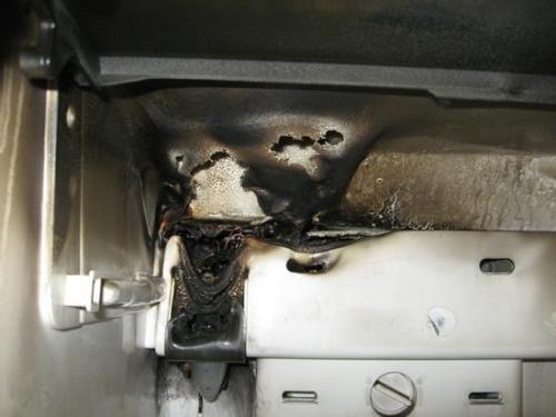 线远离冰箱背面温度较高的机械部分,以防烧坏电源线,造成短路或漏电.