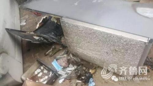 事情发生后,美的公司的售后人员也来到这里调查情况,并承认是冰箱下方一个小部件短路引发了这场大火。