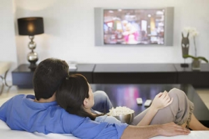 电视诱惑力大 长时间看电视会有致命危害