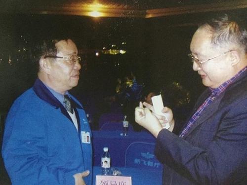 李连印与前新飞副董事长高嘉琳(右)交谈。图片来自《广告到底》