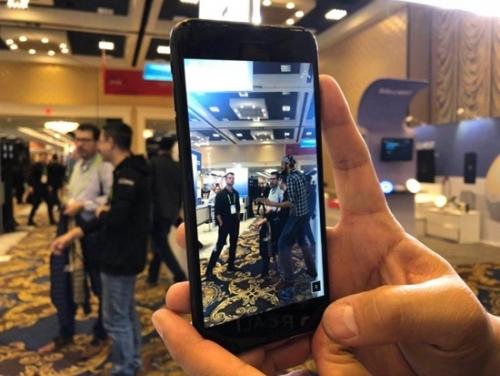 网易的AR平面效果,手机屏幕中弹琴者为AR效果