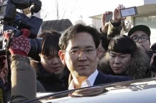 2月5日,韩国三星电子副会长李在镕(中)抵达首尔高等法院 新华社图