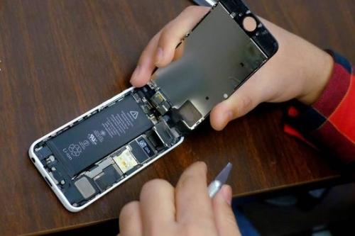 苹果考虑向部分更换iPhone电池的用户发放退款。 图片来源: EDUARDO MUNOZ/REUTERS