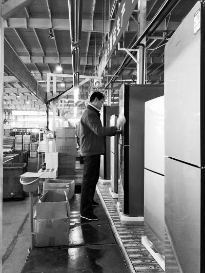工人正在查看冰箱