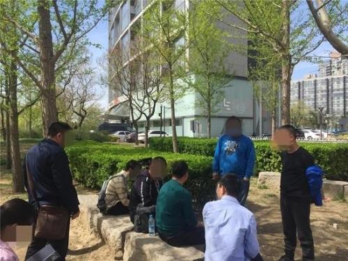▲4月11日,乐视大厦东面的树荫下,8名讨债者仍在坚守。