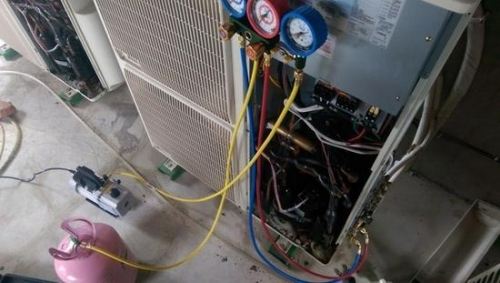 使用真空泵抽真空(图片来自www.mobile01.com)