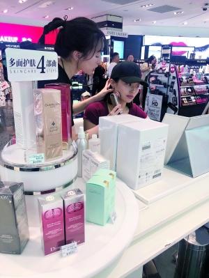 广州太古汇一美容仪销售员正在给顾客讲解。