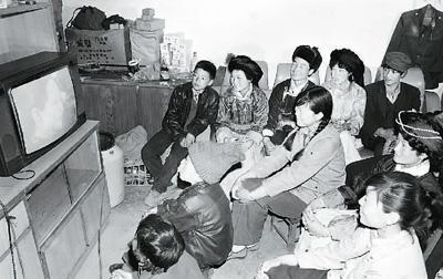 群众在看传统的显像管电视