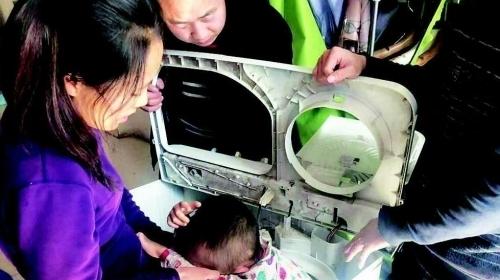 太原一幼童把洗衣机当玩具 卡进甩干桶
